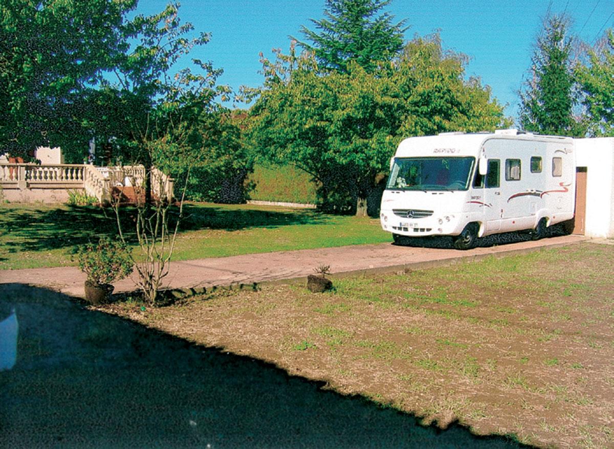 Aire camping-car à Saint-Cyr-sur-Loire (37540) - Photo 1
